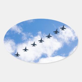 Avispones de F-18C que vuelan en cielo azul con Pegatina Ovalada