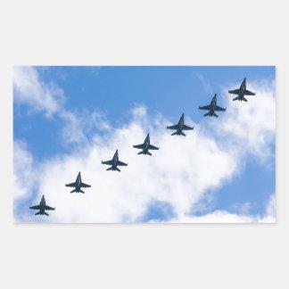 Avispones de F-18C que vuelan en cielo azul con Pegatina Rectangular