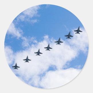 Avispones de F-18C que vuelan en cielo azul con Pegatina Redonda