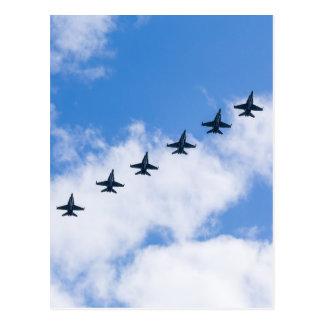 Avispones de F-18C que vuelan en cielo azul con Postal