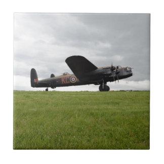 Avro Lancaster en The Field Azulejo Cuadrado Pequeño