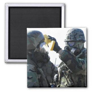 Ayuda de los soldados imán cuadrado