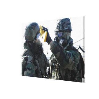 Ayuda de los soldados impresión en lona