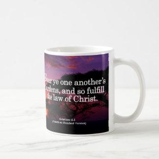Ayudando a otros en Cristo Galatians 6-2 Tazas De Café