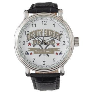 Ayudante del sheriff orgulloso de encargo relojes de mano