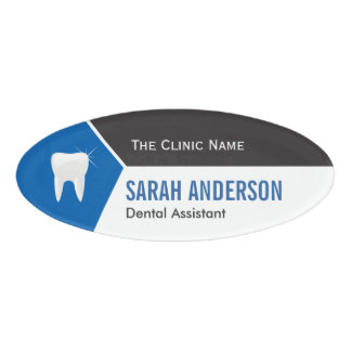 Ayudante dental del dentista de la clínica con el etiqueta con nombre