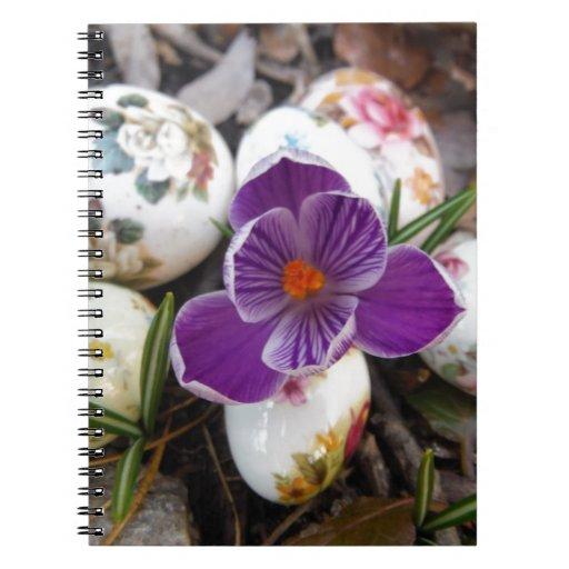 Azafrán púrpura y huevos de Pascua florales Cuadernos