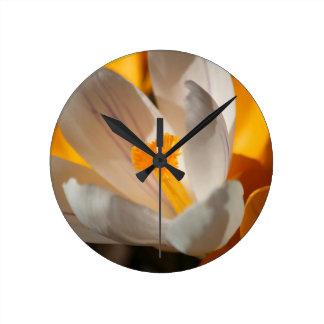 azafrán reloj redondo mediano