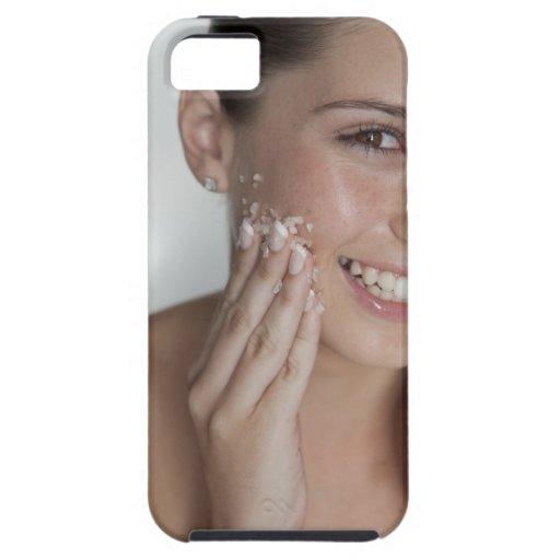 Azúcar de limpieza de la mujer en su cara funda para iPhone SE/5/5s