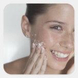 Azúcar de limpieza de la mujer en su cara colcomanias cuadradas