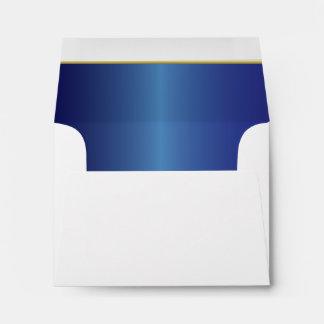 Azul alineado del zafiro con el sobre del blanco