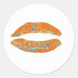 Azul anaranjado del beso los regalos de Zazzle del Pegatina Redonda