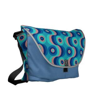 Azul ártico de los años 60 del modelo retro del pa bolsas de mensajeria