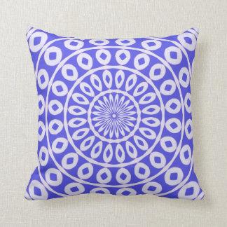 Azul brillante del estampado de flores exótico en  cojines
