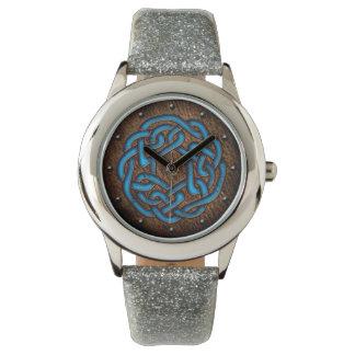 Azul brillante del nudo céltico en el arte digital relojes de mano