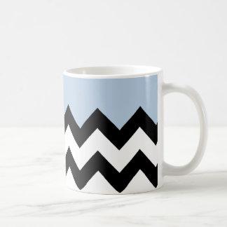 Azul-Cielo-En-Negro-y-Blanco-Zigzag-Modelo Taza