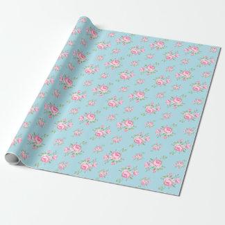 Azul claro clásico de los rosas florales del papel de regalo