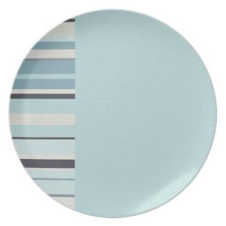 Azul claro con colores rayados de los azules del plato para fiesta