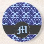 Azul clásico del damasco (monograma) posavasos manualidades