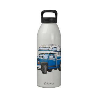 Azul coja el dibujo animado del campista botella de beber