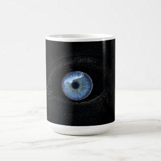 Azul contra ojo morado taza básica blanca