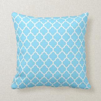 Azul de cielo - almohada blanca de Quatrefoil