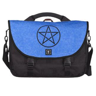 Azul de cielo con el bolso negro del ordenador por bolsa de ordenador