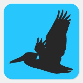 Azul de cielo de la silueta del pelícano del vuelo pegatina cuadrada