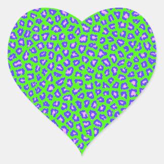 Azul de la impresión del guepardo en verde pegatina en forma de corazón