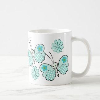 ~ azul de las mariposas y de las flores del lunar taza clásica