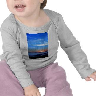 Azul de océano de la puesta del sol camisetas