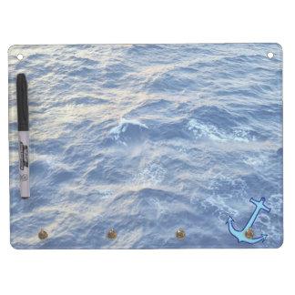 Azul del ancla de la agua de mar tablero blanco