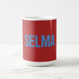 Azul del Día-Selma de MLK en rojo Taza Básica Blanca