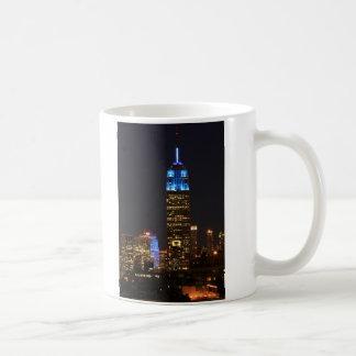 Azul del Empire State Building para el autismo Taza Básica Blanca