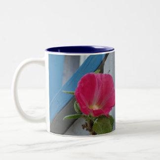 Azul del Hollyhock de las rosas fuertes Taza