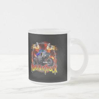 Azul del monster truck en el fuego taza de cristal
