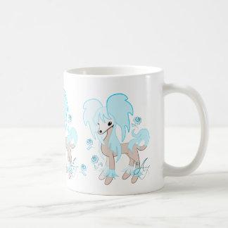 Azul en colores pastel con cresta del chino lindo taza básica blanca