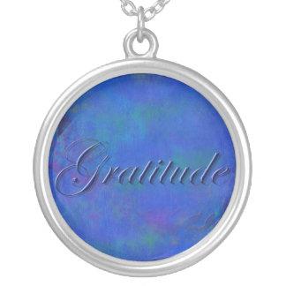 Azul en el collar azul de la gratitud de la