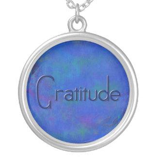 Azul en el collar azul de la gratitud del bloque
