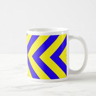 Azul en la taza amarilla del modelo de V