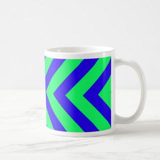 Azul en la taza verde del modelo de V