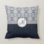 Azul en las rayas y el monograma de plata de la ma almohada