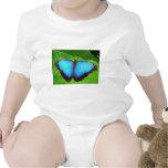 Azul iridiscente con las alas negras de la maripos traje de bebé