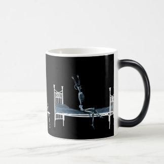 Azul negro esquelético de la radiografía de la hor taza de café