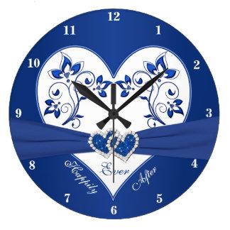 Azul real, corazón floral blanco feliz siempre reloj redondo grande