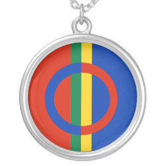 Azul rojo del círculo nórdico en el collar de la p