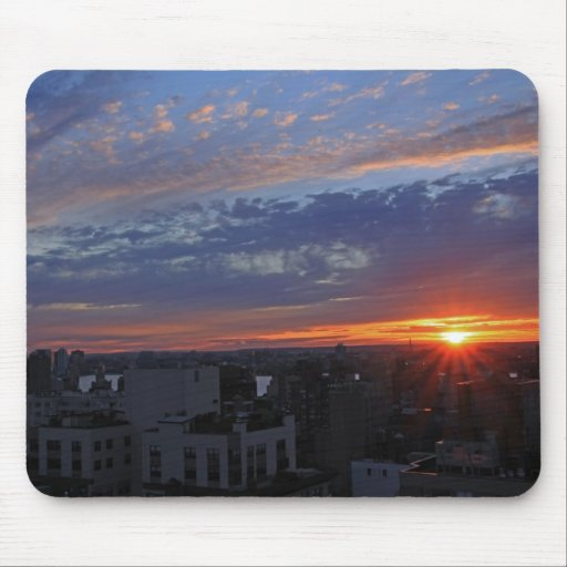 Azul, rosado, puesta del sol del oro sobre el tapetes de raton