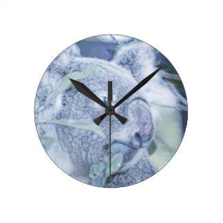 azul swirly painting.jpg del oso de koala reloj redondo mediano