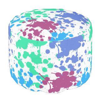Azul, verde, la púrpura salpica en taburete puf redondo