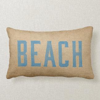 Azul vivo de la resaca del amor de la playa del cojín lumbar